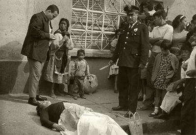 ©Enrique Metinides La vendedora de nopales Tiburcia González victimó a Gregoria Cruz Rodríguez por viejas rencillas, con el cuchillo que sostienen el policía. Tiburcia no huyó por no dejar a sus hijos... México, Marzo, 1968
