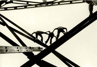 """©Enrique Metinides, """"Sólo quería conocer la muerte"""" dijo Juan Antonio N, luego de que socorristas lo convencieron de no lanzarse desde la cúpula del estadio Toreo a una altura de 400 metros, México DF mayo, 1971"""