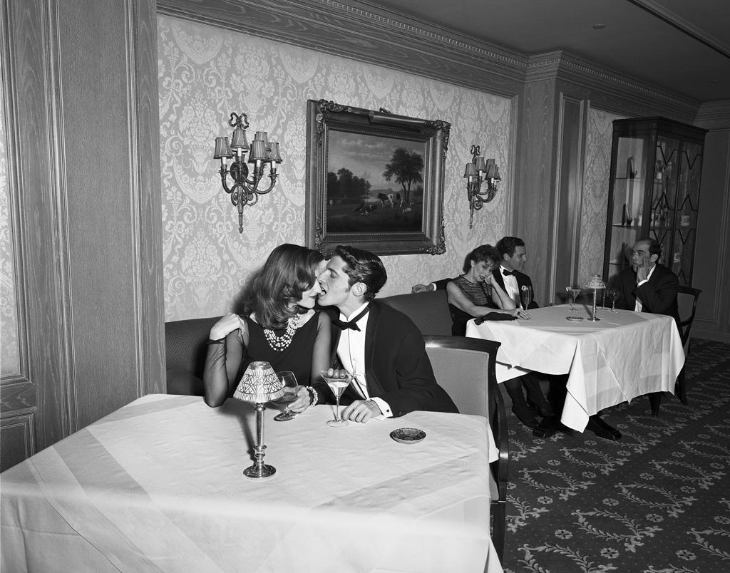 Geof Kern, Kiss (table at the Ritz), 1995. Courtesy PDNB Gallery, Dallas, TX