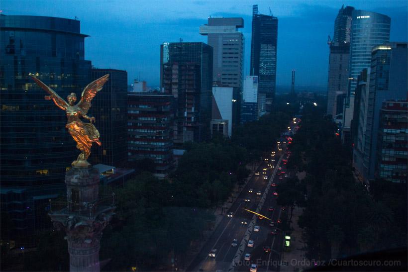 Vista del Ángel de la Independencia en Paseo de la Reforma durante el amanecer nublado. Foto: Enrique Ordoñez