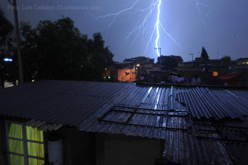 Una tormenta eléctrica azotó gran parte de la capital dejando encharcamientos en varias colonias del área metropolitana. Foto: Luis Carbayo /Cuartoscuro.com