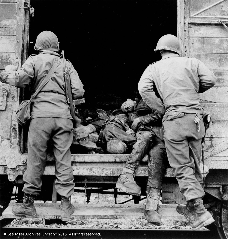 Soldados estadounidenses examinan un vagón cargado con prisioneros muertos, Dachau, Alemania 1945 © Lee Miller Archives, Inglaterra 2015. todos los derechos reservados