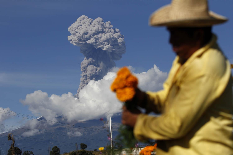 NEALTICAN, PUEBLA, 28OCTUBRE2015.- El volcán Popocatépetl emitió una fumarola de ceniza que alcanzó los tres mil metros de altura durante la mañana de hoy. Foto: Hilda Ríos /Cuartoscuro.com