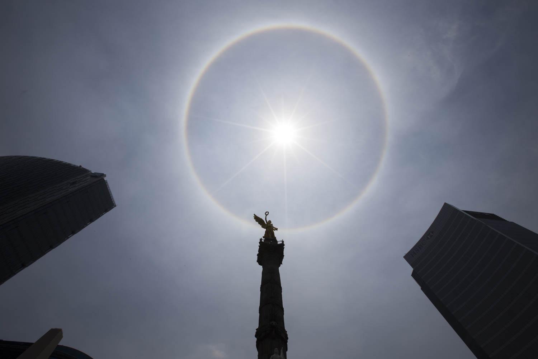 MÉXICO, D.F., 21MAYO2015.- Como un arcoiris circular, se observó un halo de luz alrededor del sol. El fenómeno se produce cuando las partículas de luz se refractan sobre los cristales de hielo que están esparcidos alrededor del astro.  Foto: María José Martínez /Cuartoscuro.com