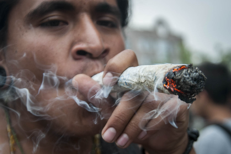 MÉXICO, D.F., 02MAYO2015.- Miles de personas realizaron una manifestación para exigir la legalización de la marihuana. Los manifestantes exigen la legalización de la hierba para usos médicos y lucrativos ya que, según comentan, ayudaría a minimizar la violencia en el país. Foto: Diego Simón Sánchez /Cuartoscuro.com