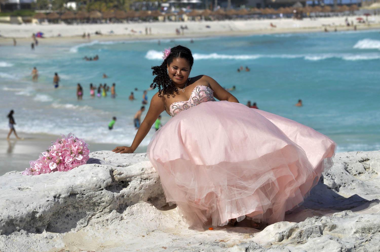 CANCUN, QUINTANA ROO, 05MAYO2015.- Una quinceañera aprovecha la playa de Cancún  para realizar una sesión de fotos frente  al mar caribe.  Foto: Elizabeth Ruiz /Cuartoscuro.com