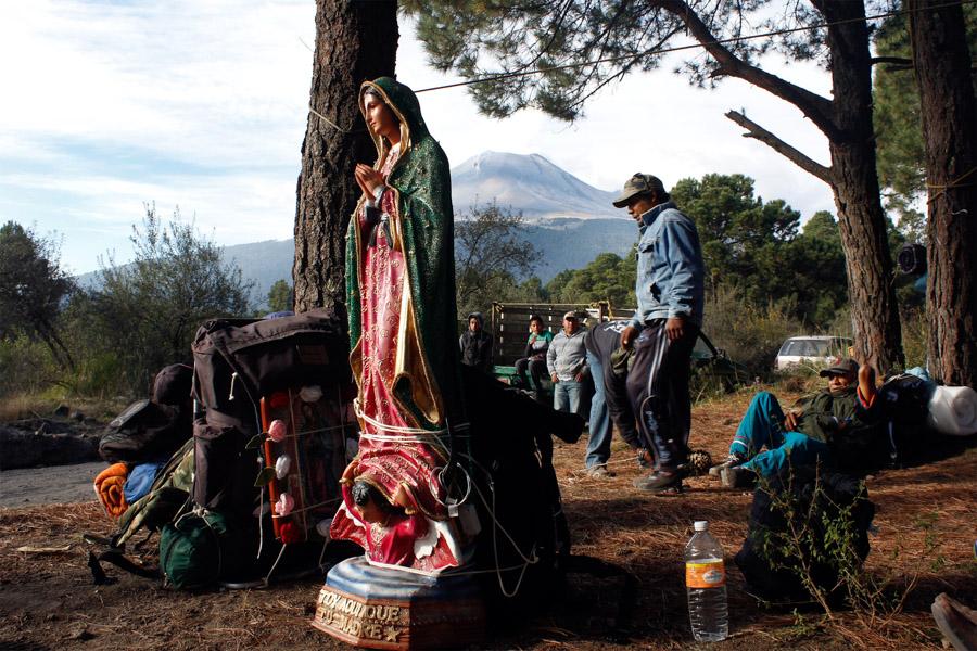 PASO DE CORTÉS, PUEBLA, 09DICIEMBRE2015.- En los días previos al 12 de diciembre, cientos de peregrinos de diversas partes del estado de Puebla y estados vecinos, avanzan por la ruta de Paso de Cortés en las faldas del volcán Popocatépetl  rumbo a la basílica de Guadalupe para festejar a la virgen en su día. Foto: Hilda Ríos /Cuartoscuro.com