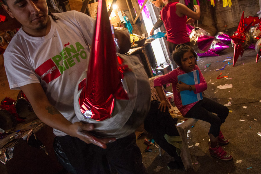 MÉXICO, D.F., 22DICIEMBRE2015.- Atrás del mercado de Sonora, una familia se gana la vida vendiendo piñatas que ellos mismos elaboran; diariamente realizan unas 400 piñatas, las cuales vende en 30 pesos cada una; cada integrante de la familia realiza una parte del proceso, que les lleva unos quince minutos por piñata.  Foto: Isaac Esquivel /Cuartoscuro.com