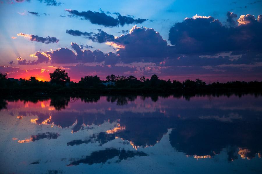 CULIACÁN, SINALOA, 13DICIEMBRE2015.- En esta temporada de invierno se pueden observar espectaculares atardeceres donde los colores se mezclan y se  reflejan en el río Tamazula. Foto: Rashide Frías /Cuartoscuro.com