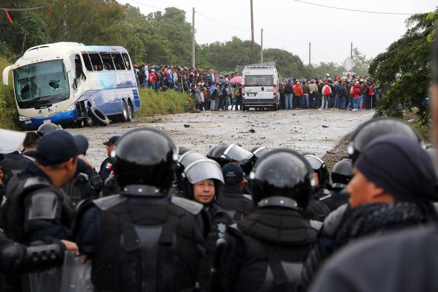 TUXTLA GUTIÉRREZ, CHIAPAS, 08DICIEMBRE2015.- Un enfrentamiento entre maestros de la CNTE y Policías Federales se realizó en un tramo carretero de la autopista Ocozocoautla-Tuxtla Gutíérrez, el saldo del enfrentamiento un presunto maestro David Gemayel Ruiz Astudillo y seis detenidos. La protesta fue para oponerse a la aplicación de la evaluación magisterial de la SEP. Foto: Jacob García /Cuartoscuro.com