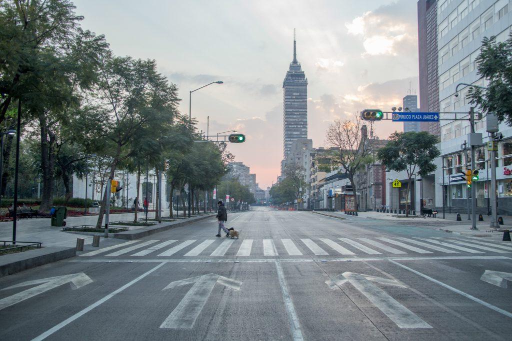 CIUDAD DE MÉXICO., 01ENERO2017.- La Avenida Juárez que regularmente se encuentra aglomerada de autos, vendedores y transeúntes, lució esta mañana semi vacía. FOTO: TERCERO DÍAZ /CUARTOSCURO.COM