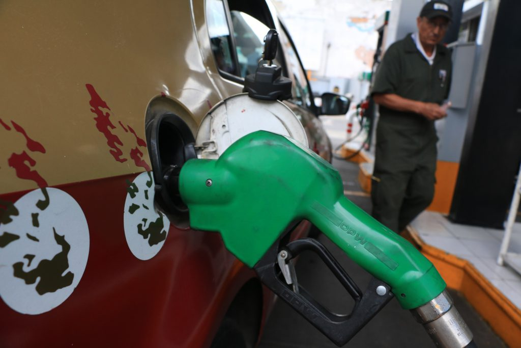 CIUDAD DE MÉXICO, 30DICIEMBRE2016.- A partir de próximo año aumentara el costo de la gasolina en el centro del pais que  será de 15.99 pesos para la gasolina Magna 17.79 para la Premium y 17.05 para el diésel. FOTO: SAÚL LÓPEZ /CUARTOSCURO.COM