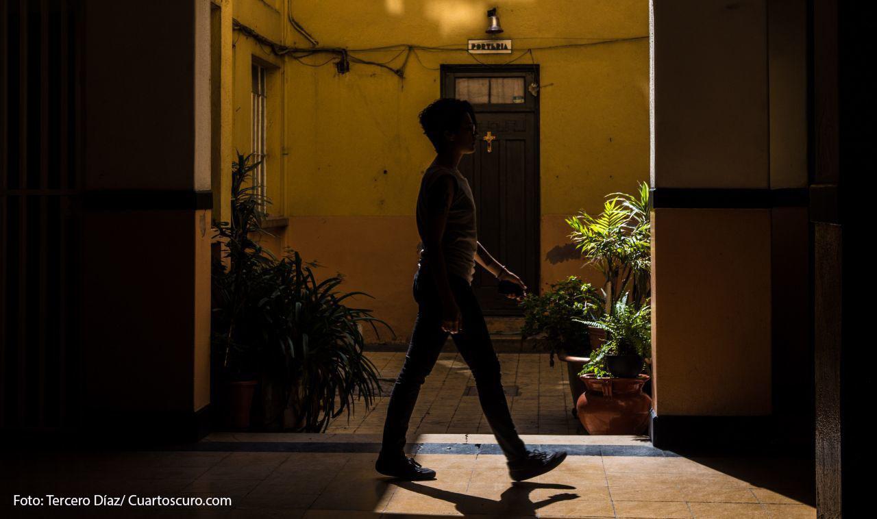 CIUDAD DE MÉXICO, 05JULIO2018.- Una joven camina por los pasillos de una vecindad de más de 100 años en el centro histórico.FOTO: TERCERO DÍAZ /CUARTOSCURO.COM