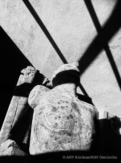 Busto de piedra con sombras del techo. De la serie Var 19:20 8