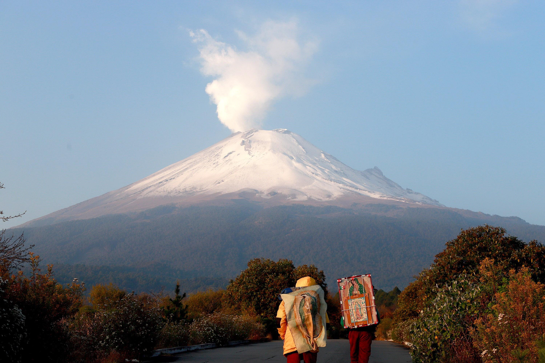 Pocos peregrinos continúan su recorridos en el Paso de Cortés, Puebla, con el objetivo de llegar a la Basílica de Guadalupe a pesar de que estará cerrada del 10 al 13 de diciembre del presente año.