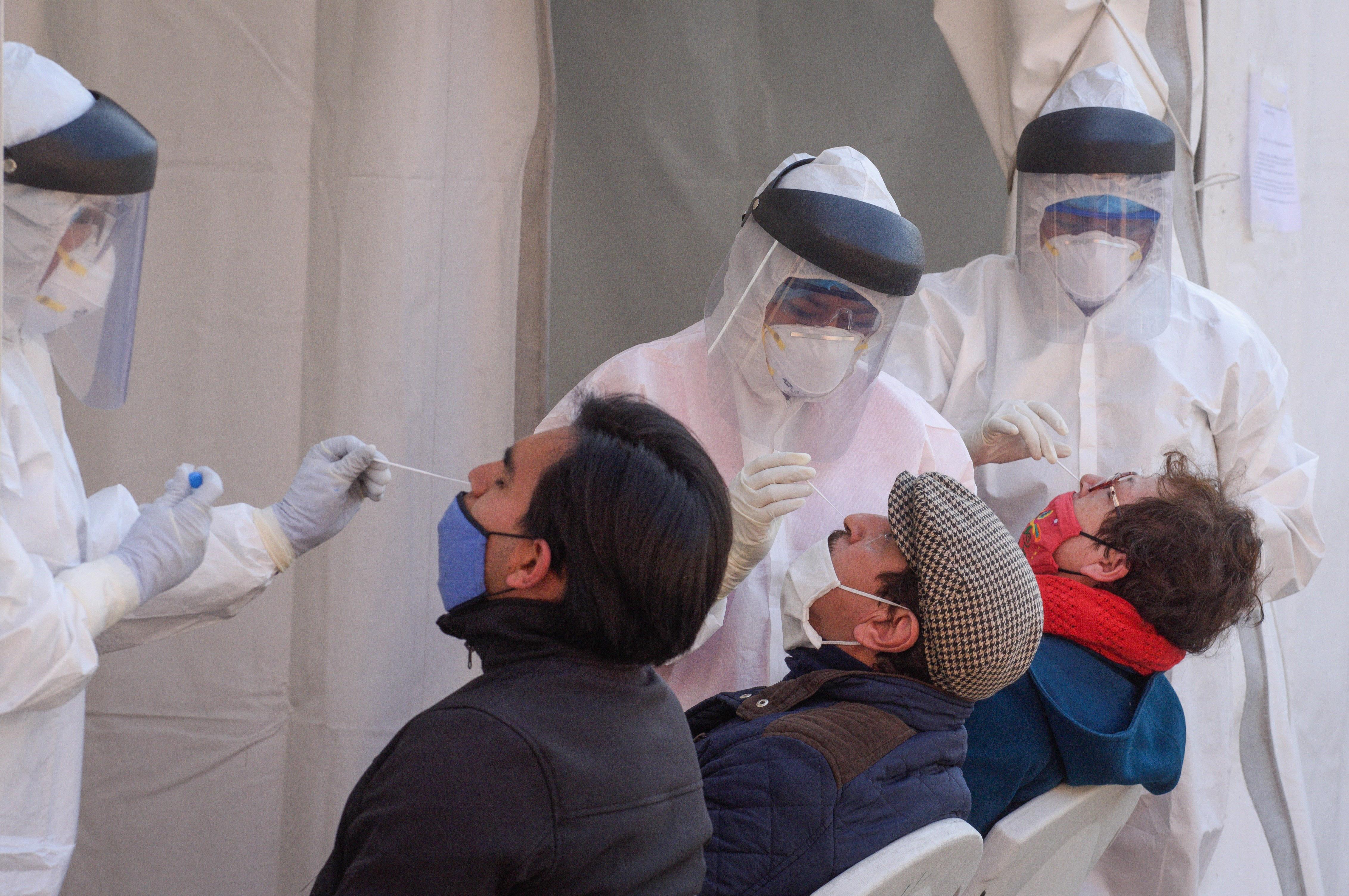 """Vecinos asisten a realizarse la prueba rápida de detección de Covid-19 en el """"macro kiosko"""" instalado en la explanada de la alcaldía Azcapotzalco."""