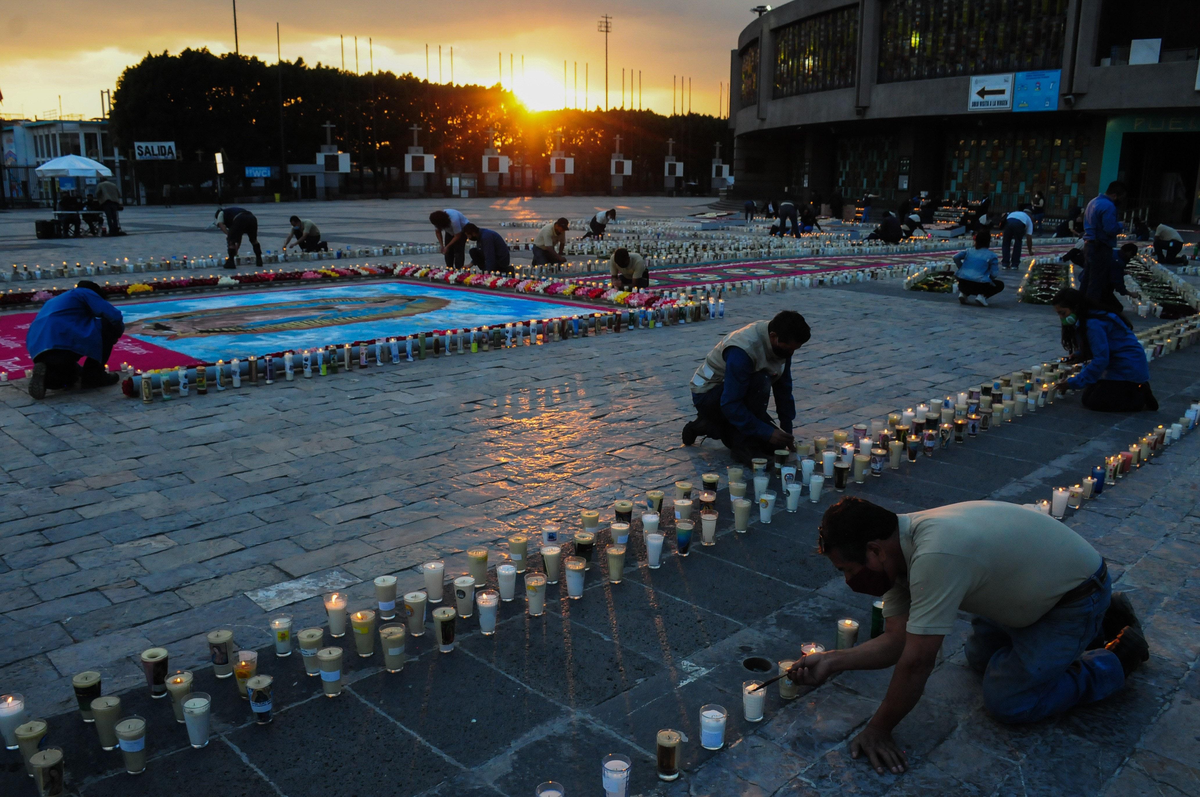 Atardecer en la Basílica de Guadalupe mientras encienden las velas para el mega tapete.