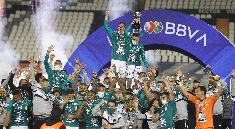 El León alzó el trofeo como ganador del torneo Guard1anes de la Liga MX, con este logró llegaron a ocho títulos en su historial.En la imagen Ignacio González y Luis Montes alzaron la copa.