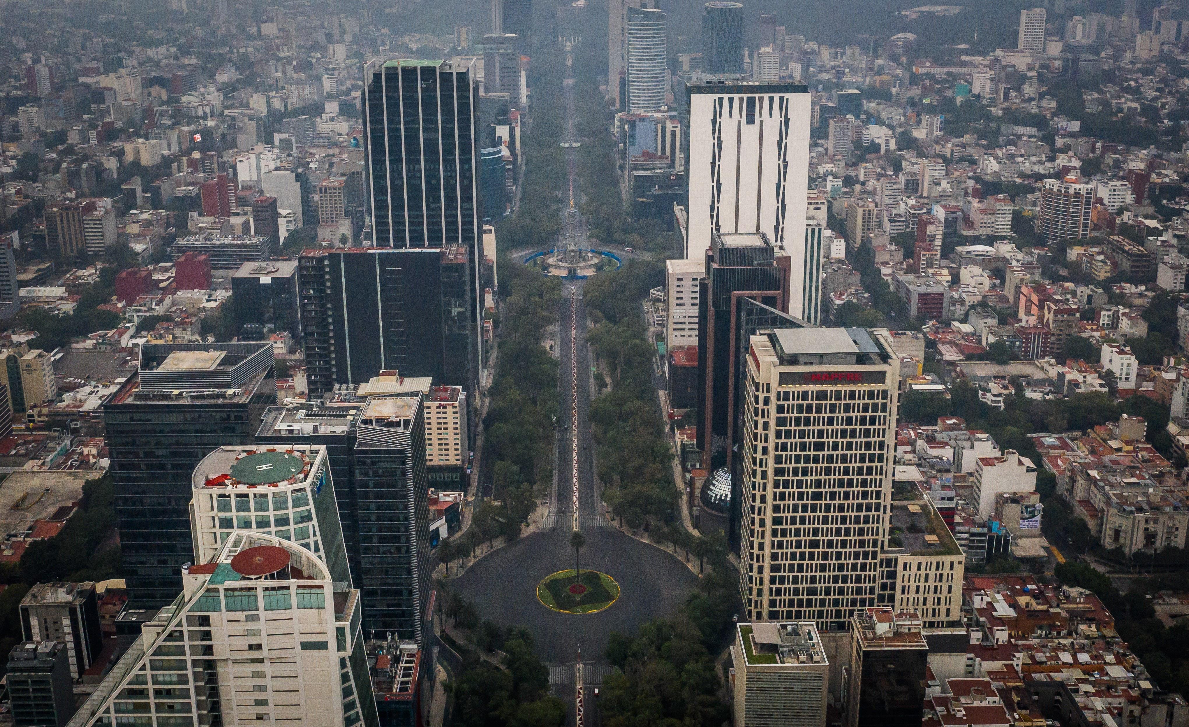 Vista aérea de avenida Paseo de la Reforma que presenta mínima presencia vehicular durante la mañana del día festivo por navidad.