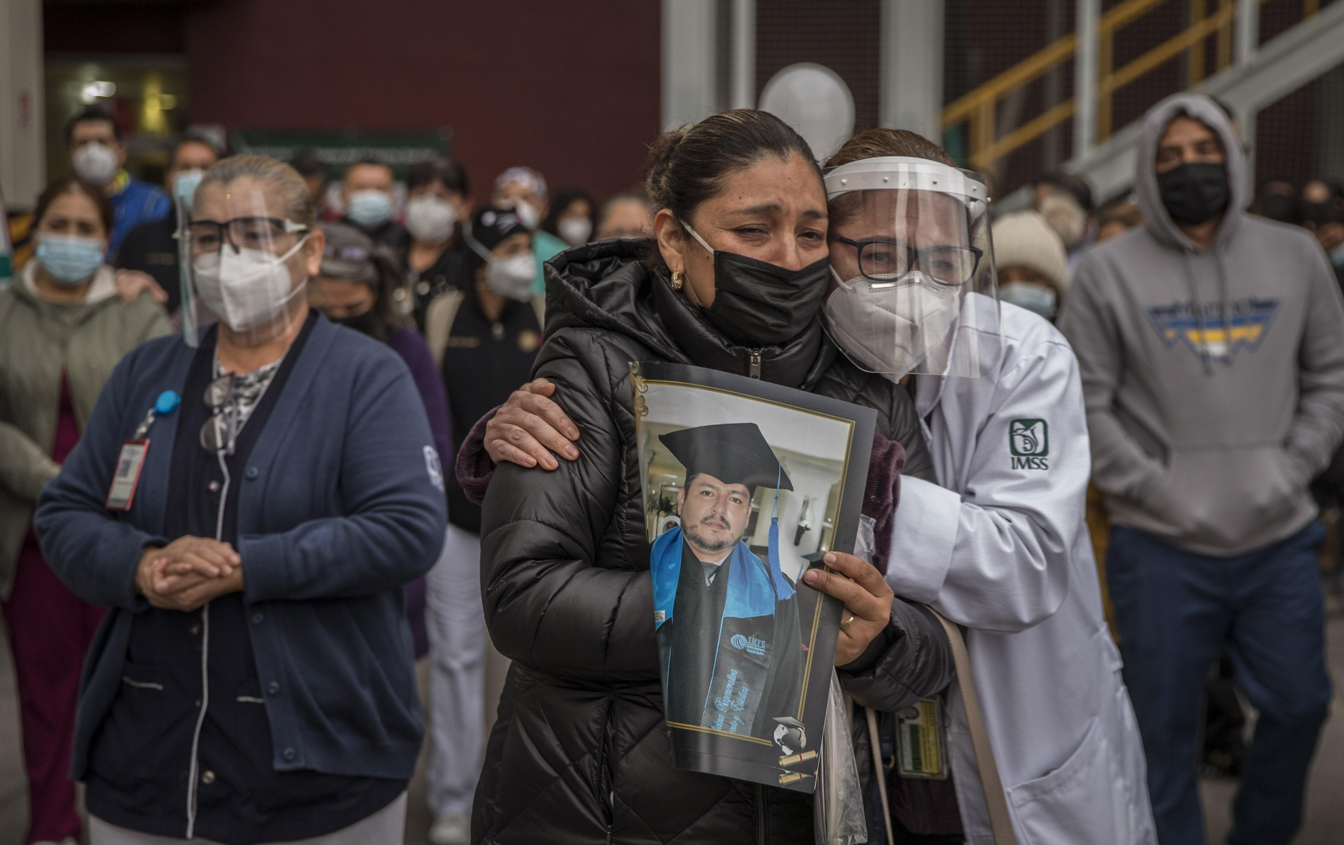 Familiares  compañeros y amigos despiden al médico urgenciólogo Arturo Aviles, quien perdió la vida ante la batalla del Covid-19