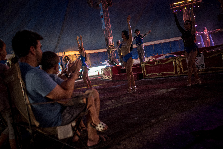 Familias acuden en auto a presencial el espectáculo que ofrece el Circo Aurelio Atayde