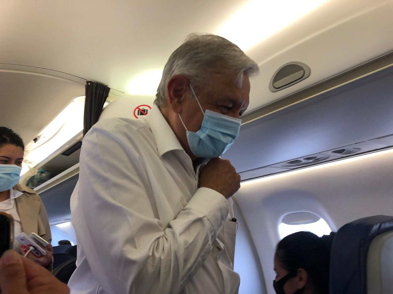 El Jefe del Ejecutivo Andrés Manuel López Obrador usa cubrebocas al abordar su vuelo de regreso hacia la Ciudad de México.