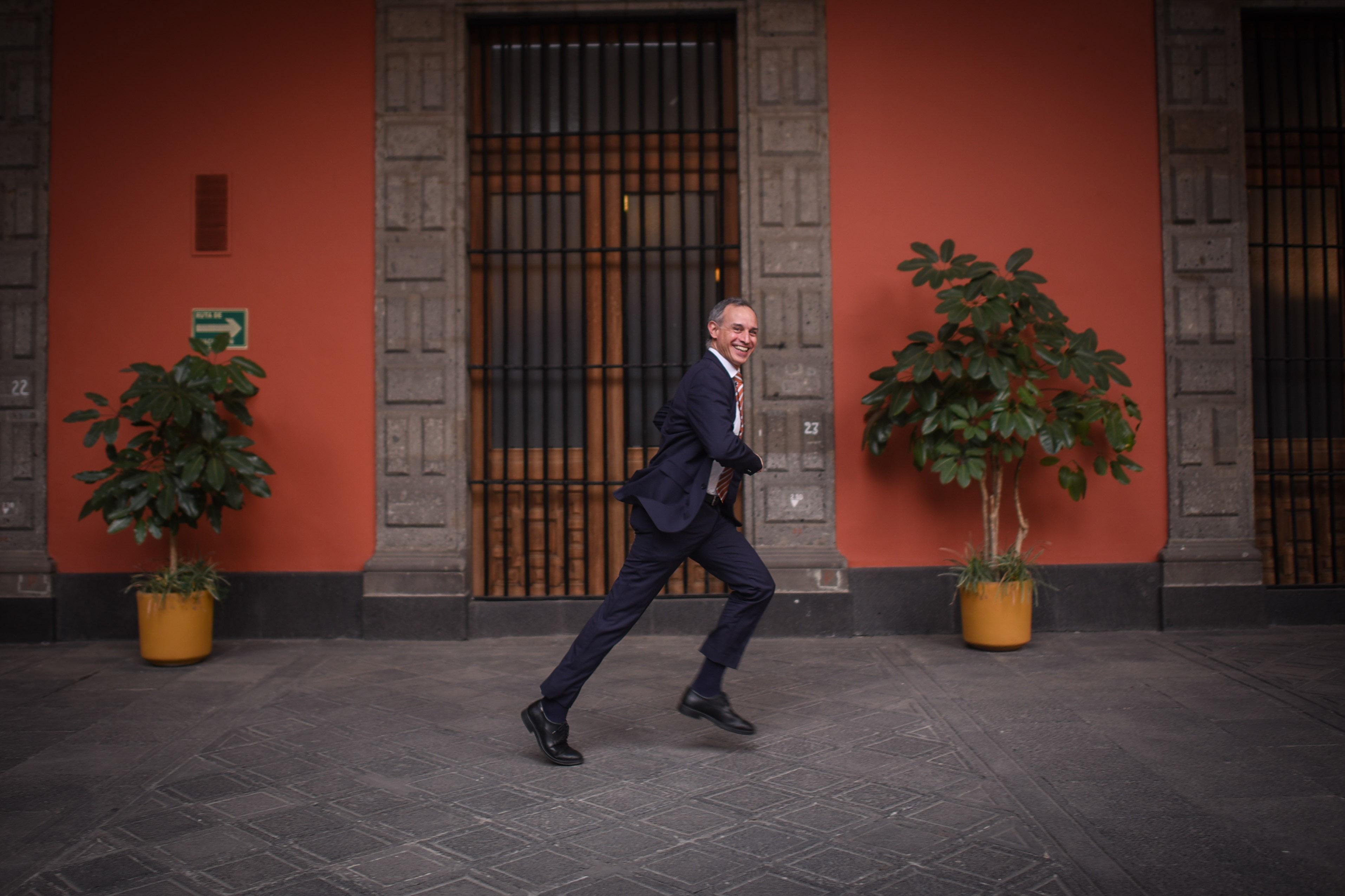 A unos minutos de inicial la conferencia diaria, el Subsecretario de Prevención y Promoción de la Salud, Hugo López Gatell Ramírez, trota por el Patio Central del Palacio Nacional, para llegar a tiempo a esta.