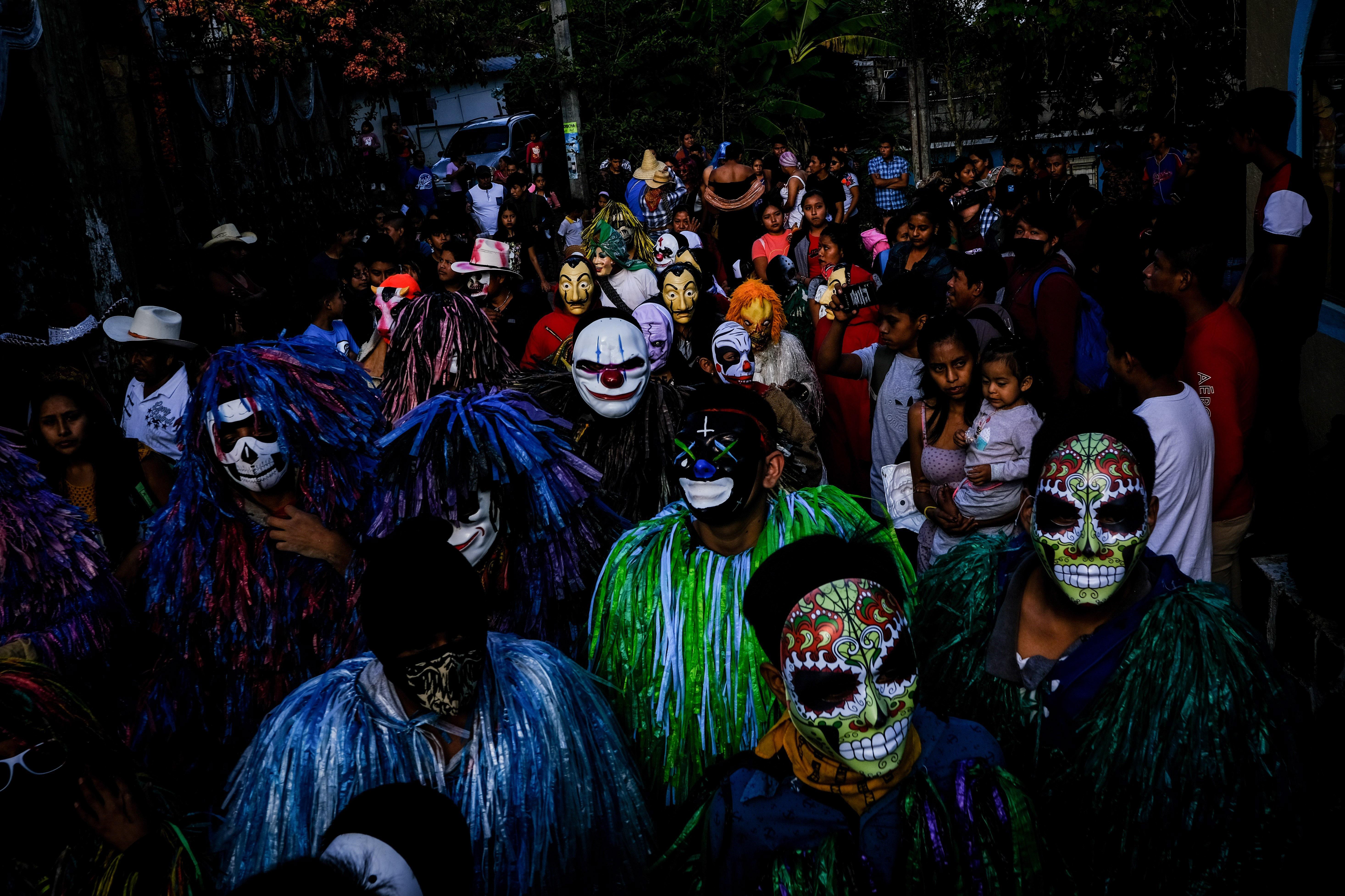 Pobladores de la comunidad de Ixcatlán, continúan con las tradicionales fiestas de Día de Muertos. El Xantolo es una forma peculiar de celebración de orígenes remotos, en donde, entre cantos, hombres con máscaras personificando, entre otras cosas, a