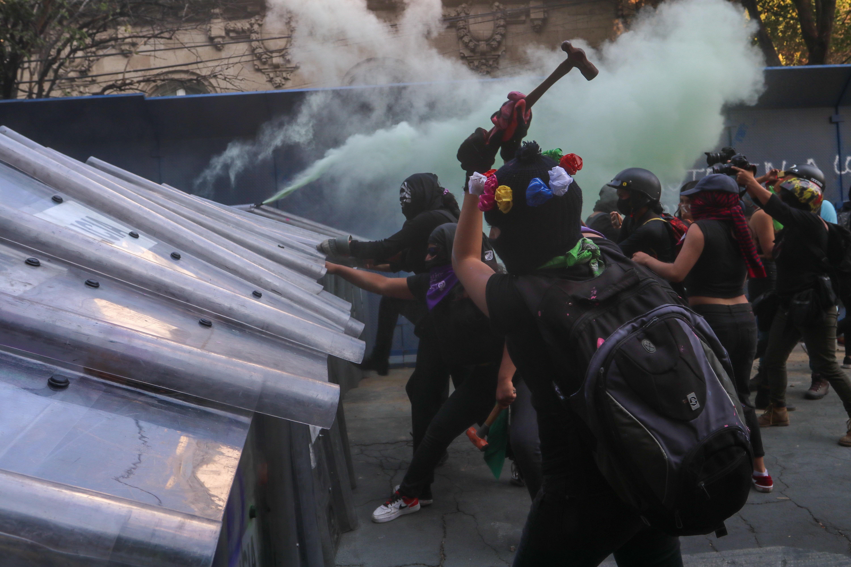 Mujeres que participaron en la protesta para pedir justicia por el feminicidio de Alexis se enfrentan contra mujeres policías.