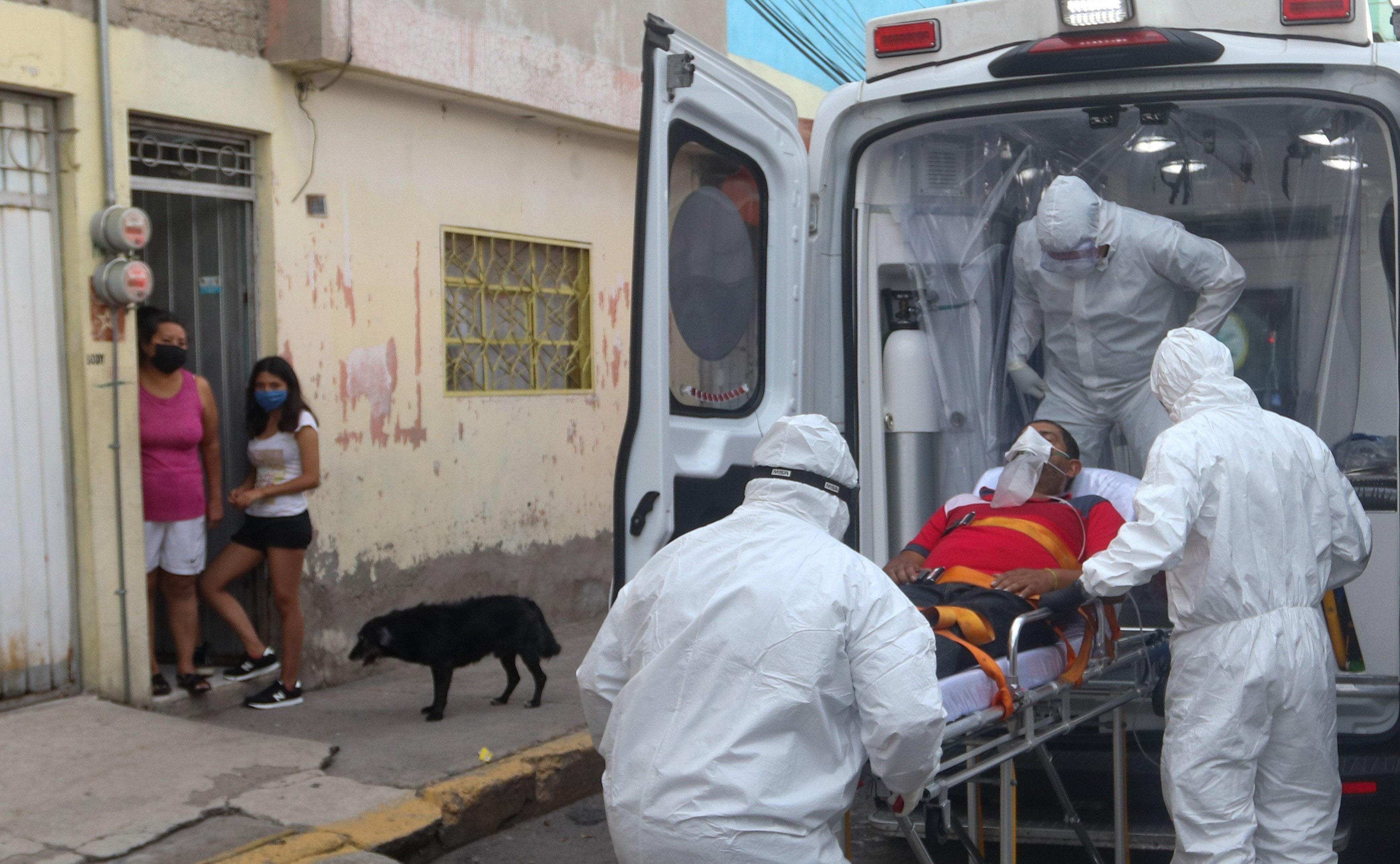 Los paramédicos Ángel Galicia, Dyan González y Nicolás Rodríguez trasladaron a un paciente con síntomas de Covid-19 en una Ambulacia para ser llevado al Hospital Regional de Alta Especialidad Ixtapaluca