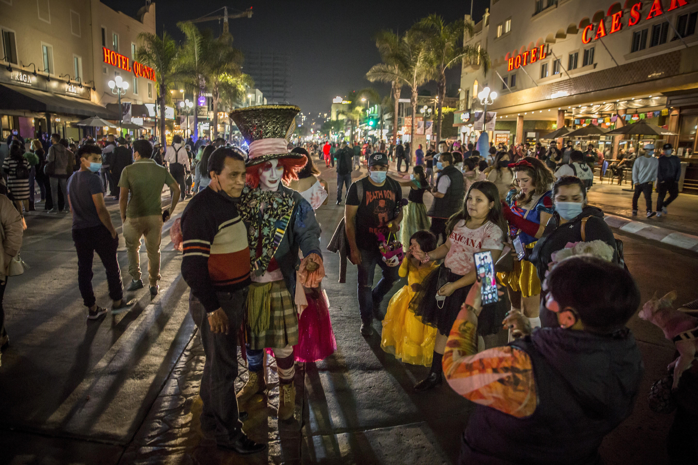 Miles de personas salieron a festejar el Día de Brujas en Tijuana a pesar del Covid-19