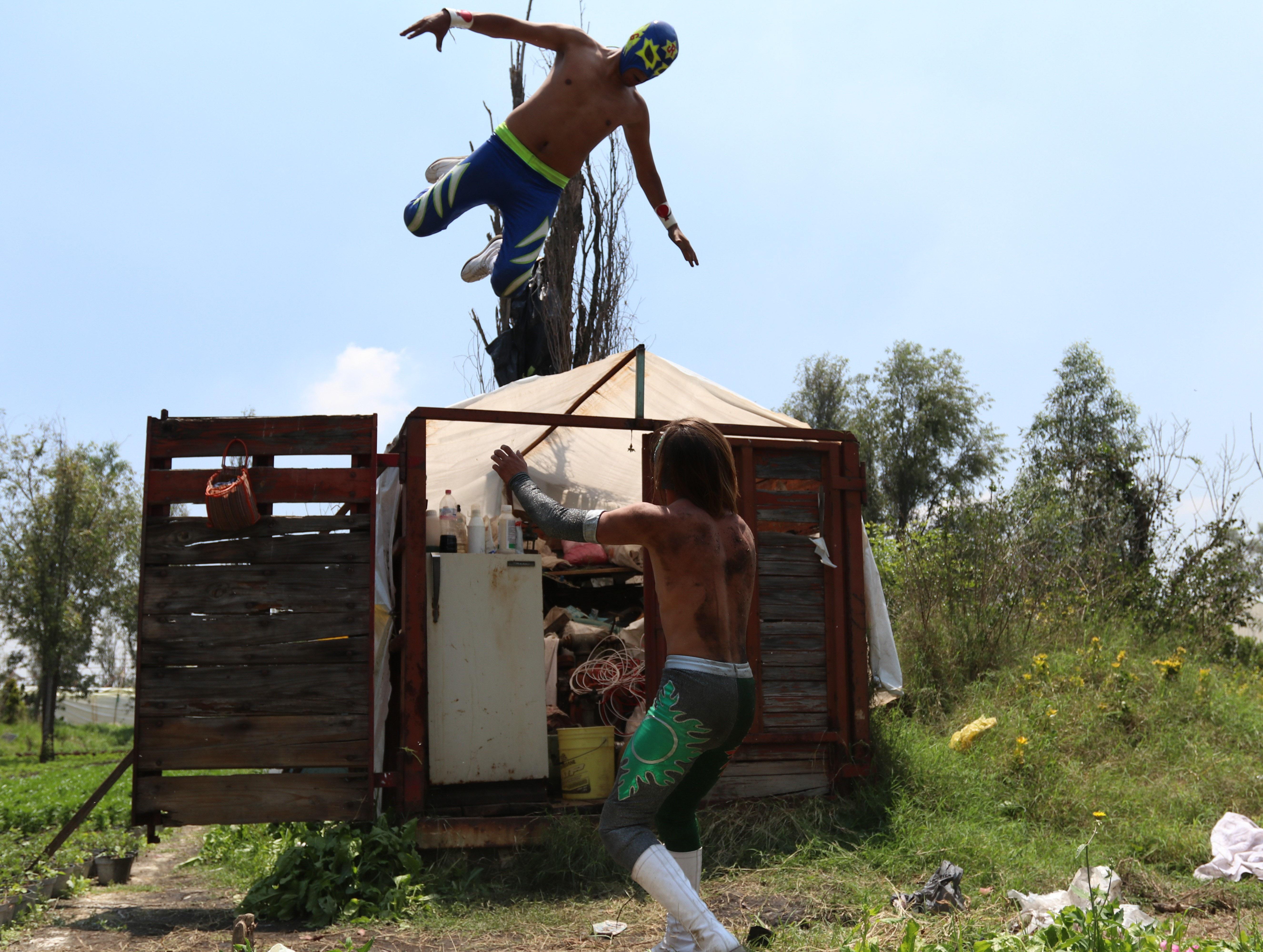 Las Chinampa Luchas son la modalidad en que los gladiadores de la Arena Olivares, en la alcaldía de Xochimilco, mantienen encendida la llama del deporte durante la pandemia por Covid-19.