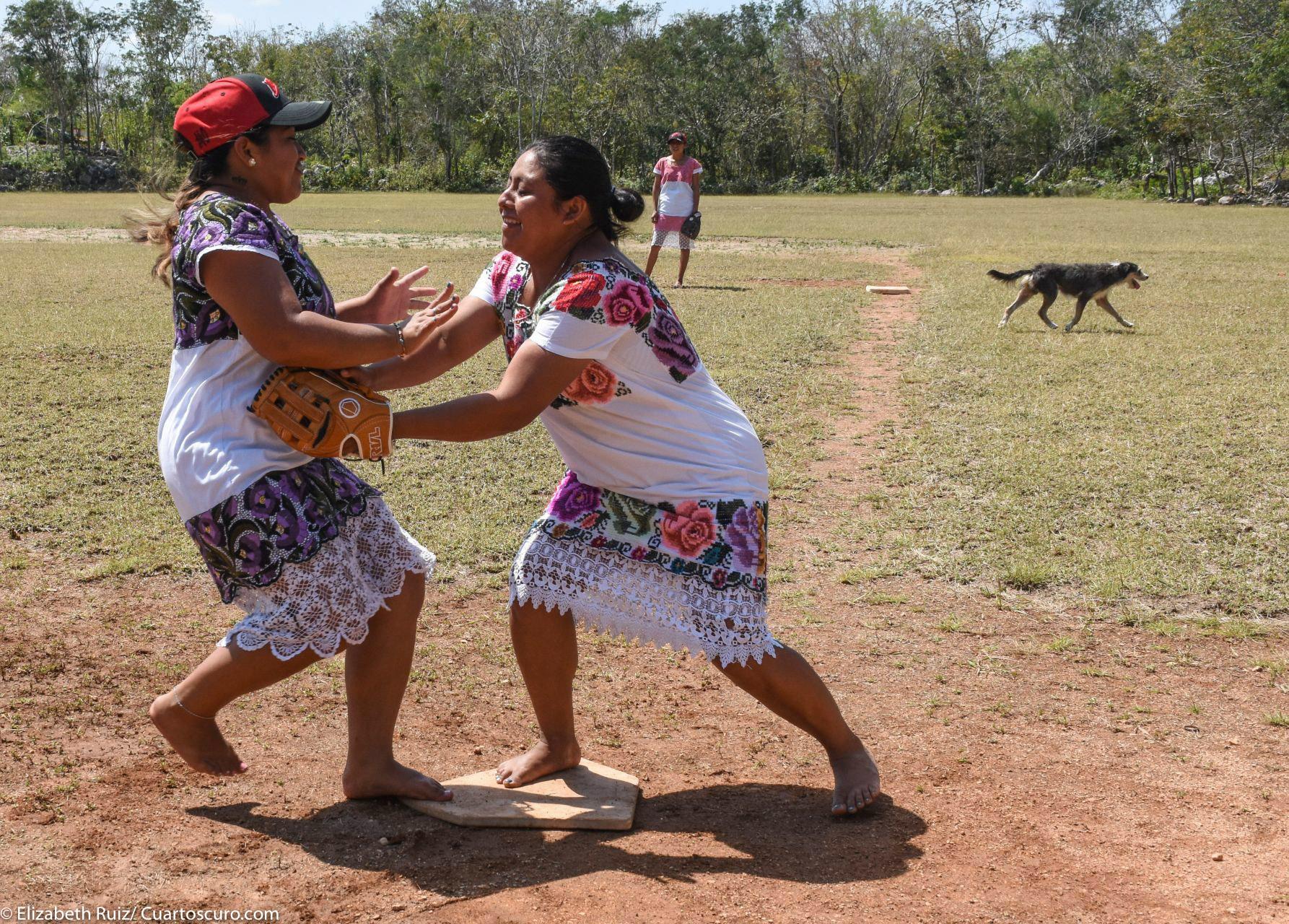 Portando sus tradicionales huipiles y descalzas, para correr más rápido, aseguran, estas mujeres salen a la cancha a jugar softball sin importar las críticas que han tenido que enfrentar.