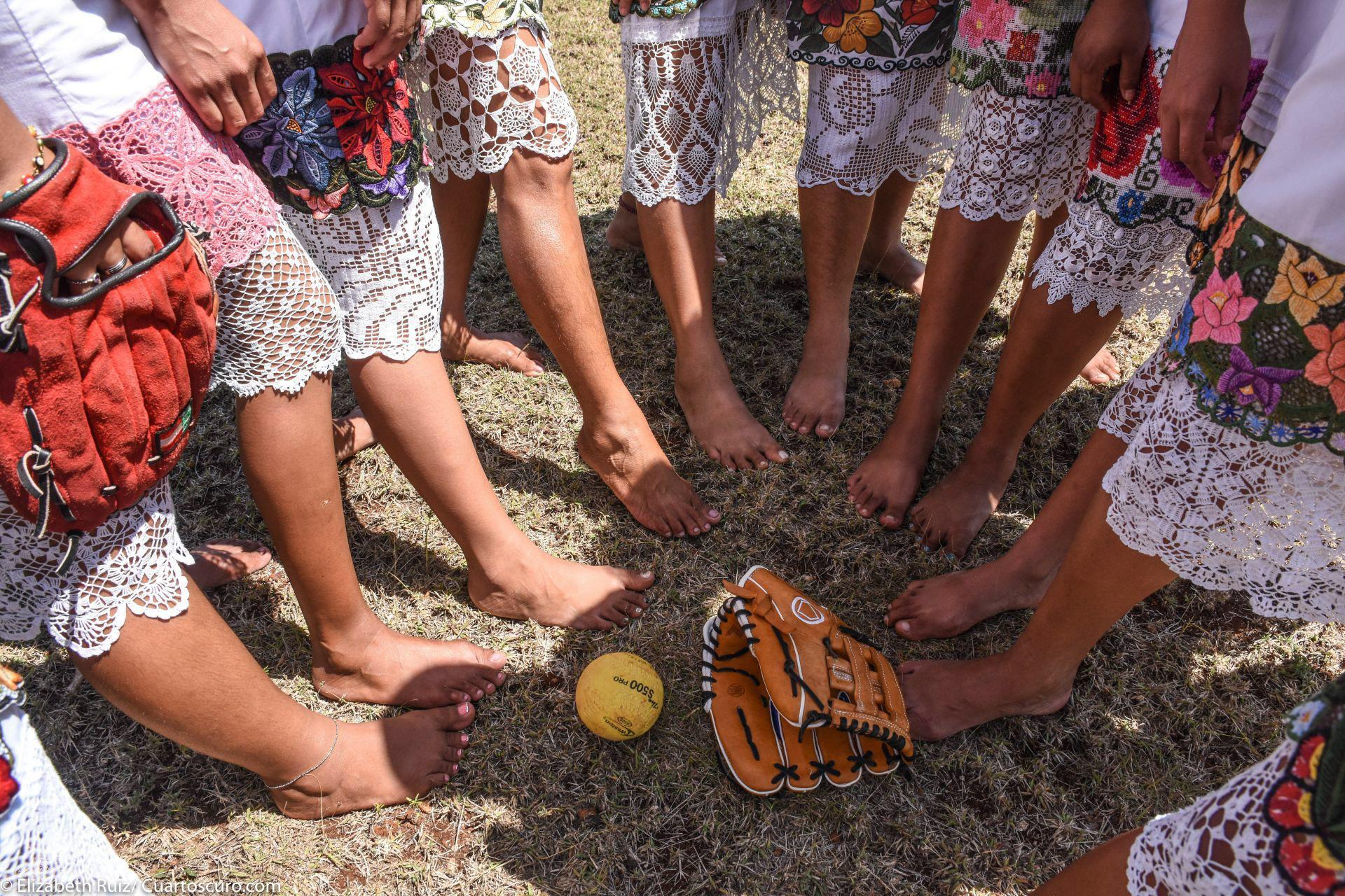 En una pequeña localidad, bajo los rayos del inclemente sol del Caribe y con un entusiasmo que contagia, un grupo de mujeres apasionadas por el softball creó un equipo denominado Las Diablillas Mestizas de Hondzonot para romper estigmas a través del de